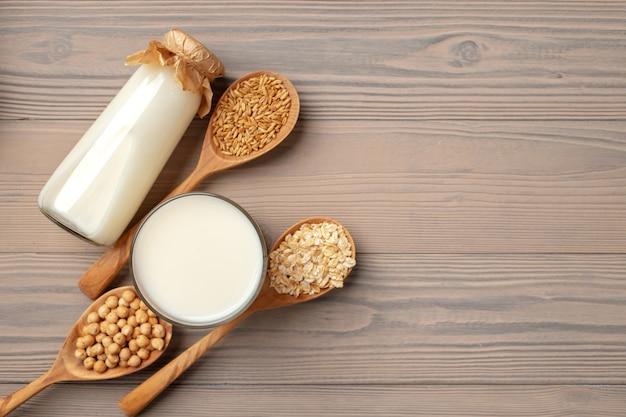 Bovenaanzicht van melk en granen in houten lepels