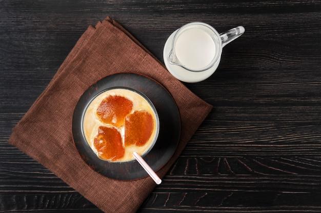 Bovenaanzicht van melk met koffie ijsblokjes