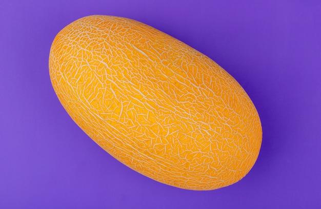 Bovenaanzicht van meloen op paarse achtergrond