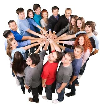 Bovenaanzicht van mensen in een cirkel met hun handen samen