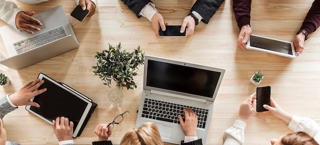 Bovenaanzicht van mensen uit het bedrijfsleven op kantoor