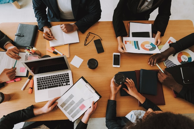 Bovenaanzicht van mensen uit het bedrijfsleven op meeting in office.