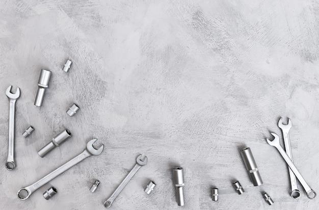 Bovenaanzicht van metalen gereedschappen bedoeld voor reparatie en constructie van moersleutelbits adapters die vormen
