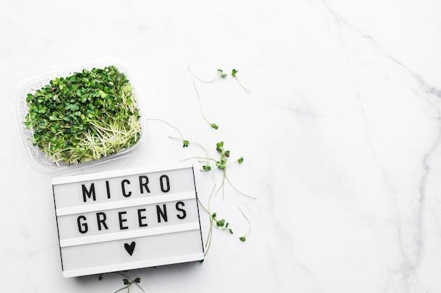 Bovenaanzicht van microgreens met lightbox