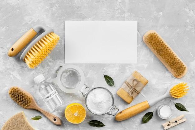 Bovenaanzicht van milieuvriendelijke schoonmaakproducten met borstels en zeep