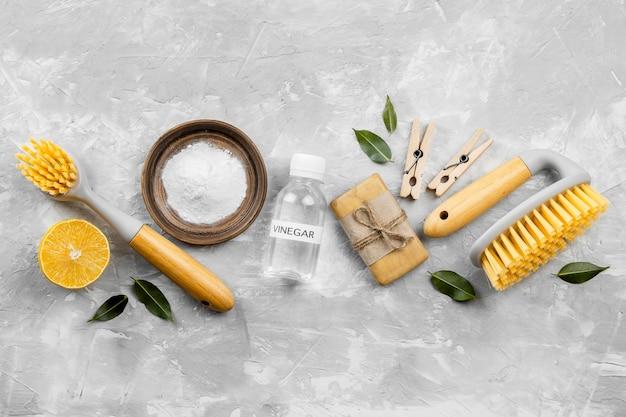 Bovenaanzicht van milieuvriendelijke schoonmaakproducten met borstels