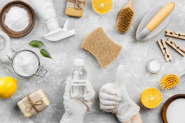 Bovenaanzicht van milieuvriendelijke schoonmaakproducten