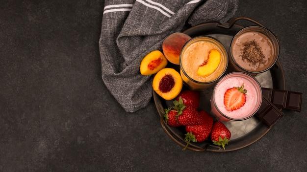 Bovenaanzicht van milkshakeglazen met fruit en chocolade