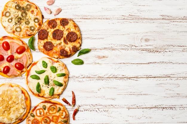 Bovenaanzicht van mini pizza met kopie ruimte