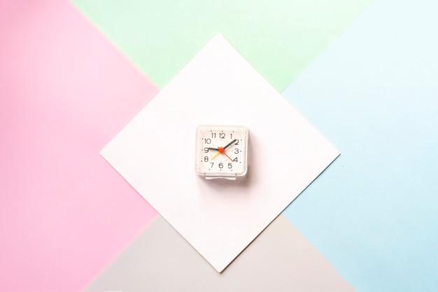 Bovenaanzicht van minimalistisch concept met vintage horloges in wit leeg frame geïsoleerd op kleur oppervlak f