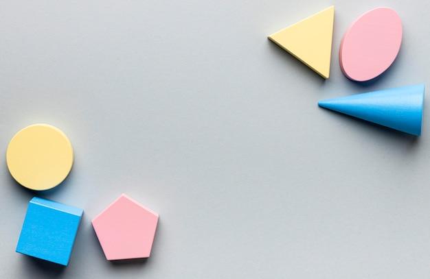 Bovenaanzicht van minimalistische geometrische figuren met kopie ruimte