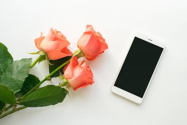 Bovenaanzicht van mobiele telefoon met kopie ruimte