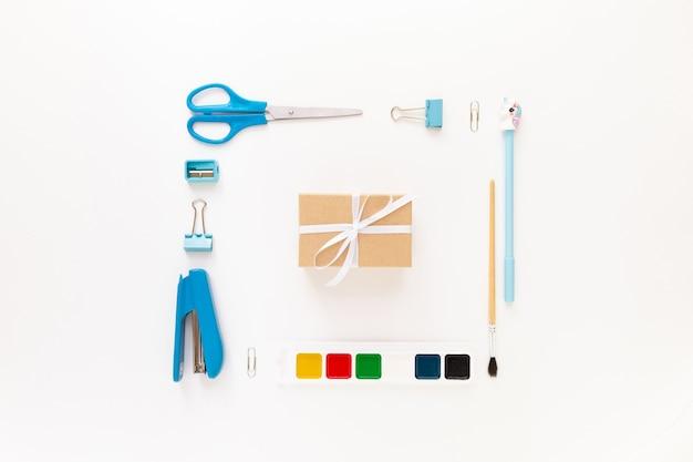 Bovenaanzicht van modern wit blauw kantoorbureaublad met schoolbenodigdheden en briefpapier op tafel rond lege ruimte voor tekst. terug naar school concept plat lag met mockup