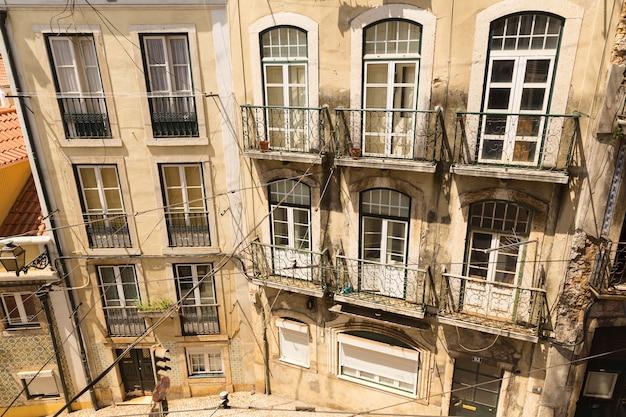 Bovenaanzicht van modern woonhuis met balkons
