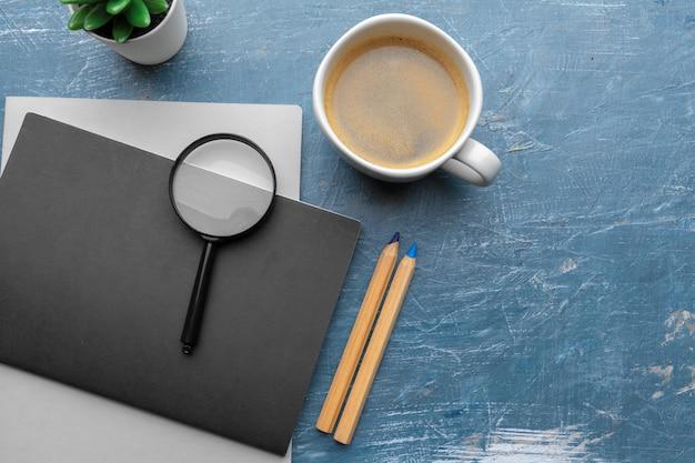 Bovenaanzicht van moderne werkplek op blauwe tafel