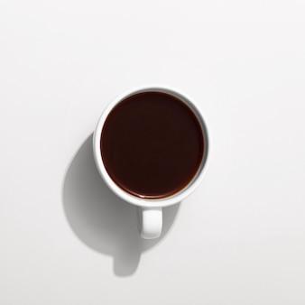 Bovenaanzicht van mok met koffie