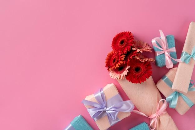 Bovenaanzicht van mooi bloemenboeket met cadeau
