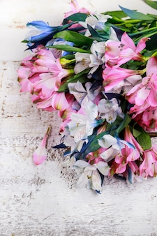 Bovenaanzicht van mooi boeket van roze en blauwe bloemen op witte achtergrond.