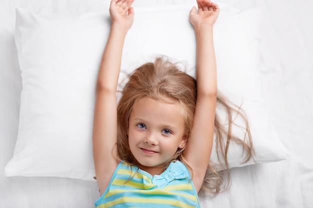 Bovenaanzicht van mooi kind heeft lang haar