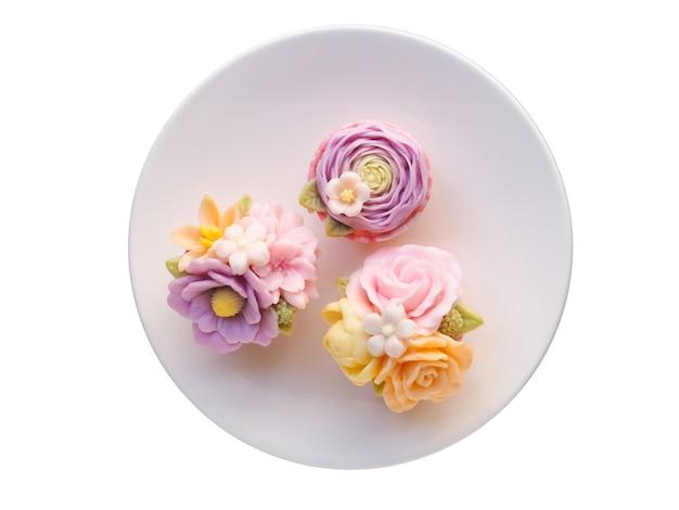 Bovenaanzicht van mooie bloem dessert geïsoleerd op wit