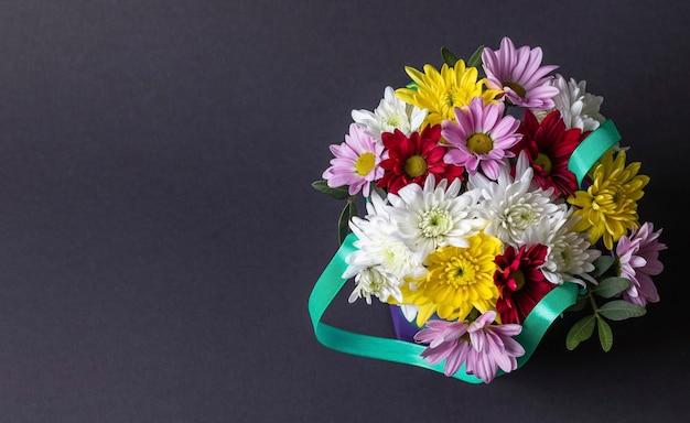 Bovenaanzicht van mooie kleurrijke boeket bloemen geïsoleerd op een grijze achtergrond