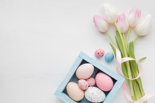 Bovenaanzicht van mooie tulpen met kleurrijke paaseieren