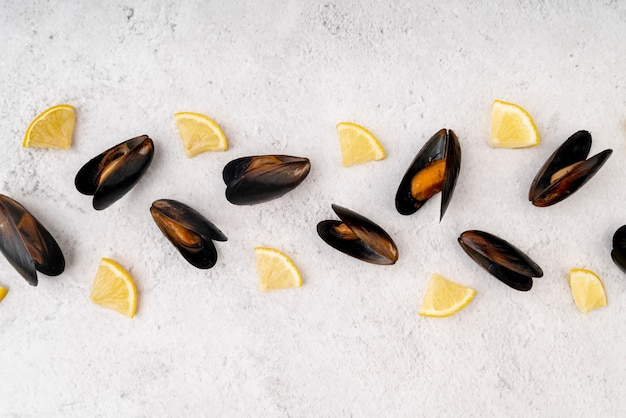 Bovenaanzicht van mosselen met plakjes citroen