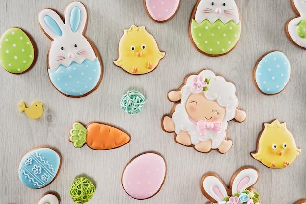 Bovenaanzicht van multi gekleurde cookies voor pasen vieren