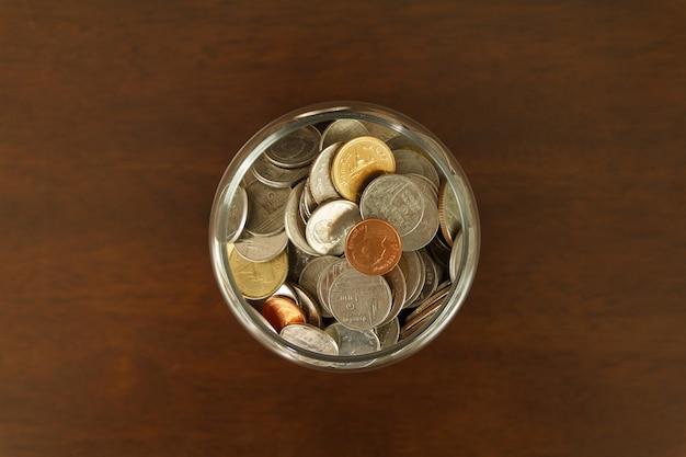 Bovenaanzicht van munten in de fles. sluit de munten. investerings- en geldbesparende concept