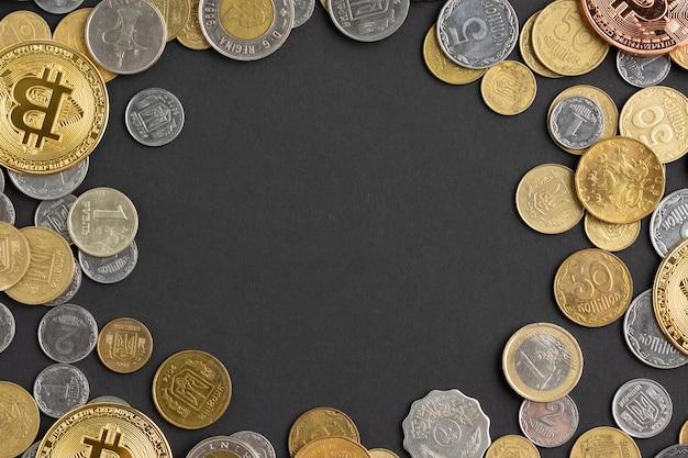 Bovenaanzicht van munten op donkere achtergrond