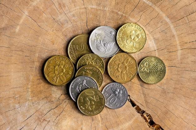 Bovenaanzicht van munten uit aziatische landen op oud hout