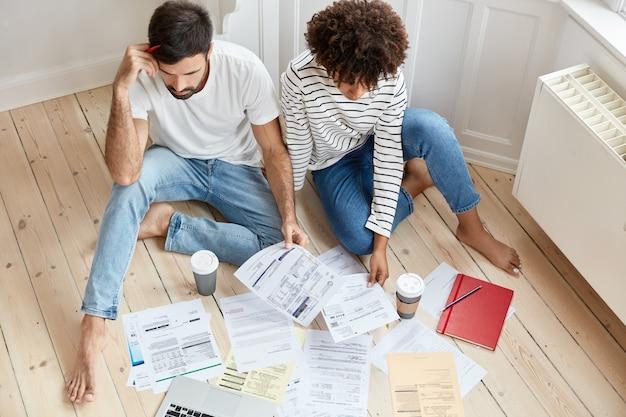 Bovenaanzicht van mutiethnic zakenpartners werkt in huiselijke sfeer