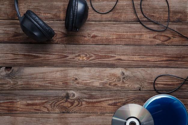 Bovenaanzicht van muziek cd-speler apparatuur op houten achtergrond