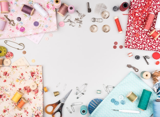 Bovenaanzicht van naaibenodigdheden