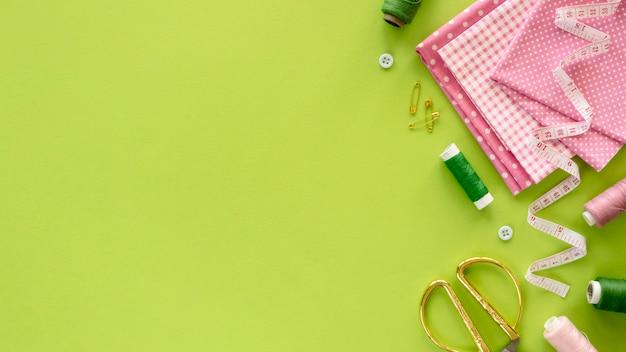 Bovenaanzicht van naaien essentials met meetlint en kopie ruimte