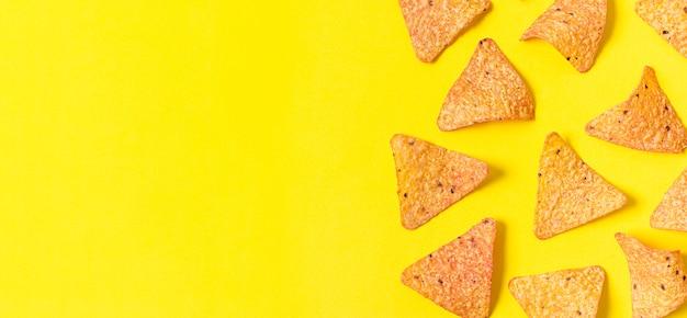 Bovenaanzicht van nacho chips met kopie ruimte