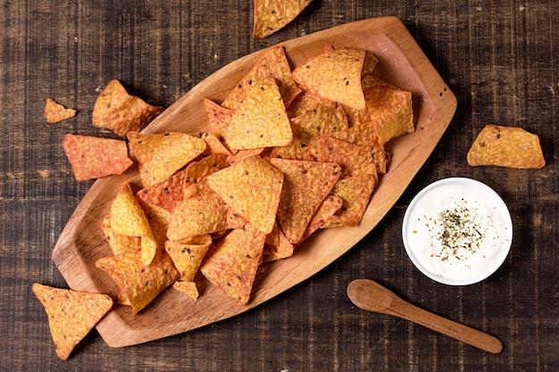 Bovenaanzicht van nacho chips met saus