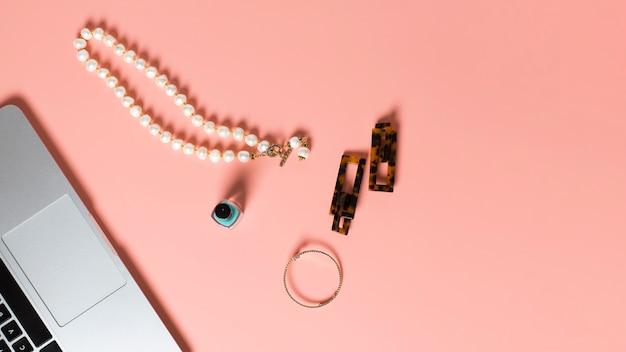 Bovenaanzicht van nagellak en accessoires op effen achtergrond