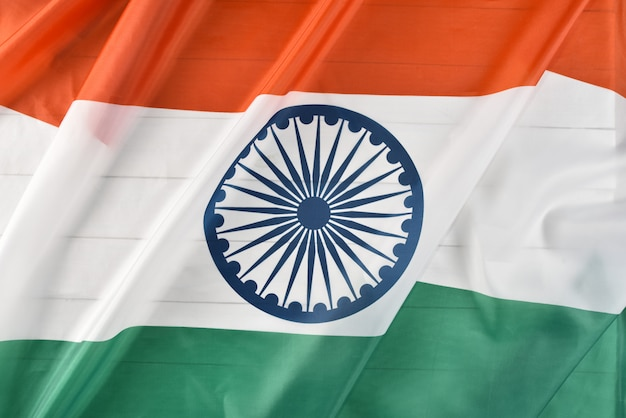 Bovenaanzicht van nationale vlag van india op witte houten achtergrond. indian independence day.