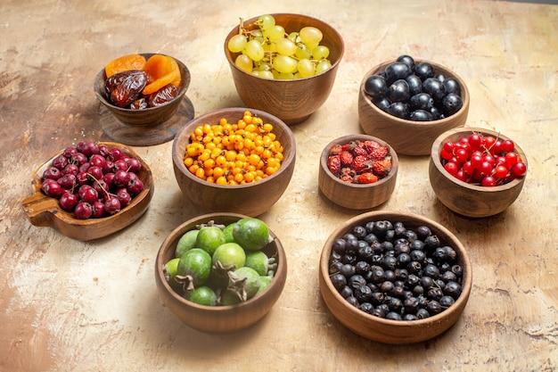 Bovenaanzicht van natuurlijke en verse verschillende soorten fruit in kommen