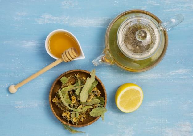 Bovenaanzicht van natuurlijke geneeskrachtige kruiden en specerijen