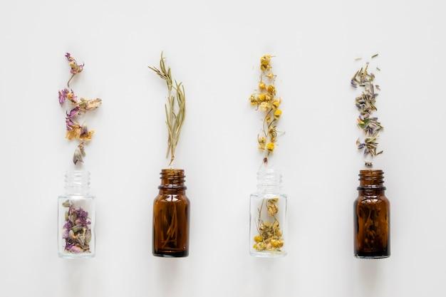 Bovenaanzicht van natuurlijke geneeskrachtige kruiden in flessen
