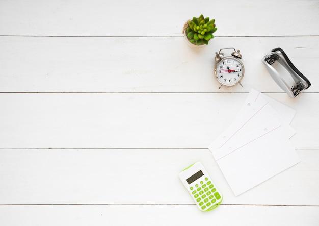 Bovenaanzicht van nette bureau met kopie ruimte