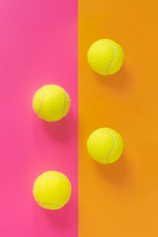Bovenaanzicht van nieuwe tennisballen