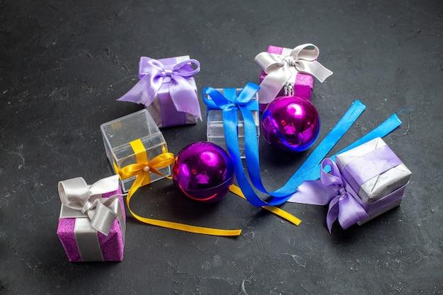 Bovenaanzicht van nieuwjaarsversieringen en geschenken op zwarte achtergrond