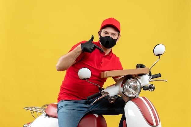 Bovenaanzicht van nieuwsgierige koerier man met rode blouse en hoed handschoenen in medische masker zittend op scooter weergegeven: volgorde