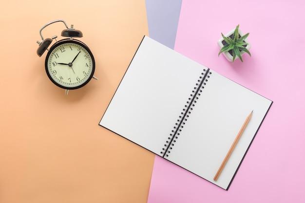 Bovenaanzicht van notebook en briefpapier