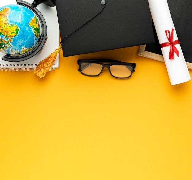 Bovenaanzicht van notebook met academische dop en kopie ruimte Premium Foto