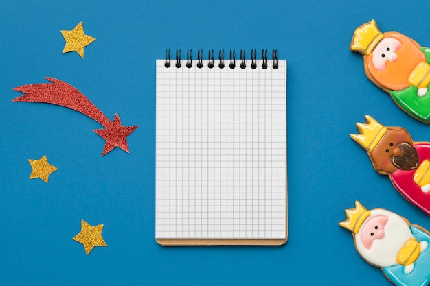 Bovenaanzicht van notebook met drie koningen en vallende ster voor epiphany dag