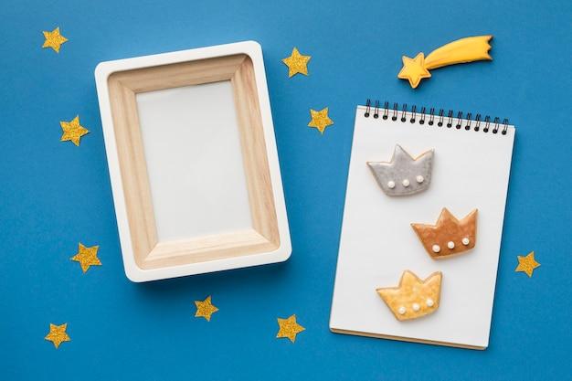 Bovenaanzicht van notebook met drie kronen en frame voor epiphany-dag
